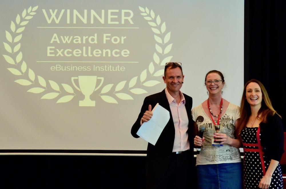 Diana Gaskin winning digital marketing award from Matt Raad and Liz Raad