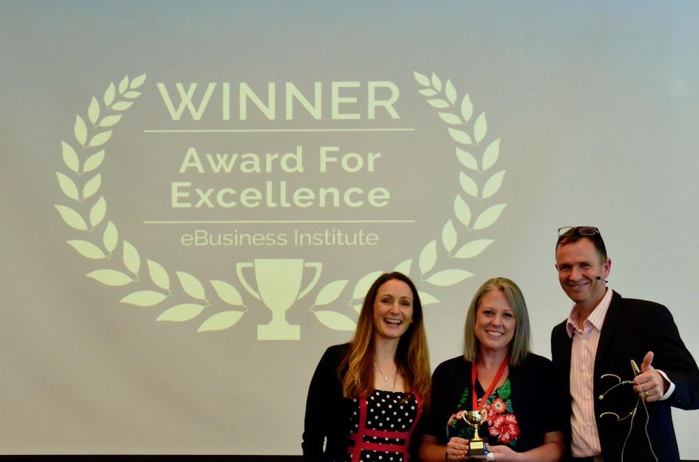 Belynda Scarsbrook receiving award from Matt Raad and Liz Raad